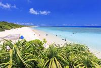 エメラルドグリーンの海と空 ニシ浜 波照間島 25516048675| 写真素材・ストックフォト・画像・イラスト素材|アマナイメージズ