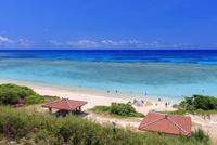 エメラルドグリーンの海と空 ニシ浜 波照間島 25516048691| 写真素材・ストックフォト・画像・イラスト素材|アマナイメージズ