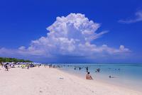 エメラルドグリーンの海と空と入道雲 コンドイ浜 竹富島 25516048700| 写真素材・ストックフォト・画像・イラスト素材|アマナイメージズ