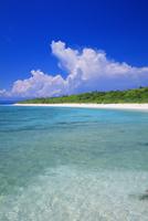 エメラルドグリーンの海と空 毛崎よりペー浜 波照間島