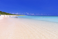 エメラルドグリーンの海と空 ニシ浜 波照間島 25516048838| 写真素材・ストックフォト・画像・イラスト素材|アマナイメージズ