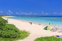 エメラルドグリーンの海と空 ニシ浜 波照間島 25516048847| 写真素材・ストックフォト・画像・イラスト素材|アマナイメージズ