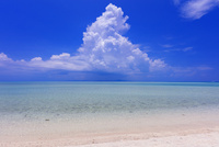 エメラルドグリーンの海と空と入道雲 コンドイ浜 竹富島