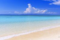 エメラルドグリーンの海と西表島と空 ニシ浜 波照間島