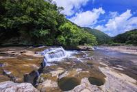 甌穴とカンピレーの滝 西表島 25516049168| 写真素材・ストックフォト・画像・イラスト素材|アマナイメージズ