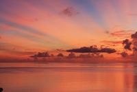 西表島より朝焼けの海と光芒 崎田橋にて 西表島