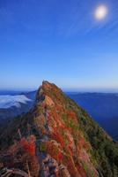 紅葉の石鎚山 弥山より天狗岳夕景と月