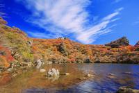 くじゅう連山 紅葉の大船山 御池 25516049641| 写真素材・ストックフォト・画像・イラスト素材|アマナイメージズ
