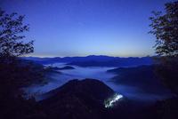 おにゅう峠より雲海の山並みと星空 25516049671| 写真素材・ストックフォト・画像・イラスト素材|アマナイメージズ