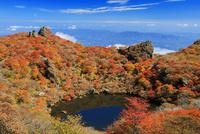 くじゅう連山 紅葉の大船山 御池 25516049709| 写真素材・ストックフォト・画像・イラスト素材|アマナイメージズ