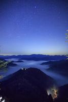 おにゅう峠より雲海の山並みと星空 25516049739| 写真素材・ストックフォト・画像・イラスト素材|アマナイメージズ