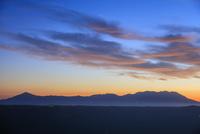 かぶと岩展望所よりくじゅう連山と朝焼け 25516049811| 写真素材・ストックフォト・画像・イラスト素材|アマナイメージズ