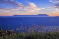 かぶと岩展望所よりくじゅう連山と朝焼け 25516049812| 写真素材・ストックフォト・画像・イラスト素材|アマナイメージズ