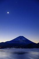 朝の本栖湖より富士山と月