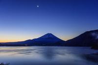 朝の本栖湖より富士山と月 25516050028| 写真素材・ストックフォト・画像・イラスト素材|アマナイメージズ