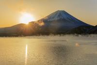 けあらしの本栖湖より富士山と朝日 25516050037| 写真素材・ストックフォト・画像・イラスト素材|アマナイメージズ