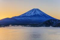 けあらしの本栖湖より富士山朝景 25516050067| 写真素材・ストックフォト・画像・イラスト素材|アマナイメージズ