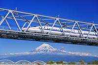 東海道新幹線 富士川橋梁と富士山 25516050084| 写真素材・ストックフォト・画像・イラスト素材|アマナイメージズ