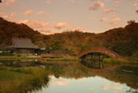 夕照の金沢称名寺