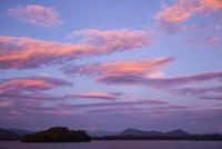 湖上の茜雲と檜原湖の島々
