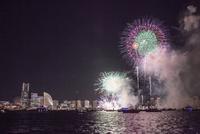 船上よりの横浜港神奈川新聞花火大会とみなとみらいビル群
