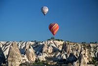 カッパドキア 朝のギョレメの空に熱気球