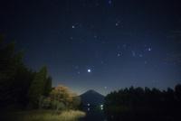富士に昇るオリオン座・ふたご座・木星・牡牛座・御者座など冬の星座