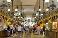 クラクフ歴史地区 中央広場に建つ織物会館の特産品売り場