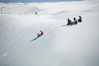 ホワイトサンズの砂丘を滑る