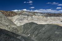 鉱物が露出した山