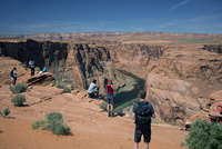 馬蹄形の急カーブを描くホースシユーベンドを流れるコロラド川