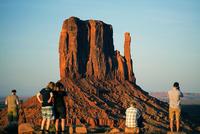 夕日に染まるモニュメントバレーの岩塔ウエストミトンを展望