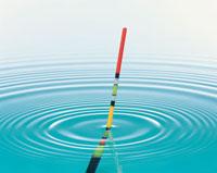 浮きと波紋 25609004472| 写真素材・ストックフォト・画像・イラスト素材|アマナイメージズ