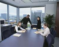 多人種が働く事務所の会議風景