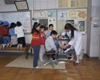 小学校の保健室 けがをした子供