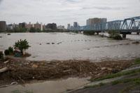 台風で増水した多摩川 25617009046  写真素材・ストックフォト・画像・イラスト素材 アマナイメージズ