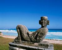 チャックモール像とビーチ 25620006851| 写真素材・ストックフォト・画像・イラスト素材|アマナイメージズ