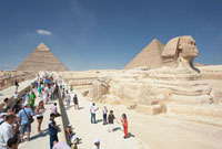 観光客で賑わうスフィンクスとクフ王カフラー王のピラミッド