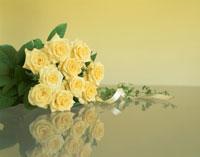 黄色いバラの花束とテープ