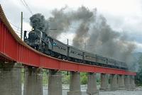 鉄橋を渡るC56牽引SLかわね路号 25668002031| 写真素材・ストックフォト・画像・イラスト素材|アマナイメージズ