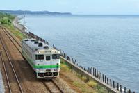 海辺を走る室蘭本線のキハ40系普通気動車