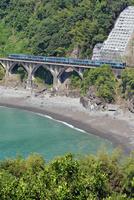 海沿いの鉄橋を渡る土讃線の2000系特急南風