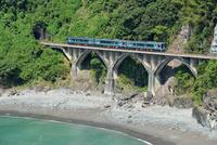 海沿いの鉄橋を渡る土讃線の2000系特急あしずり