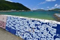 座間味島の防波堤の絵(魚群) 25668003432| 写真素材・ストックフォト・画像・イラスト素材|アマナイメージズ
