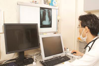 レントゲン写真を診断中の医者