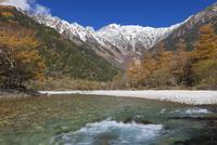 新雪の穂高連峰と梓川