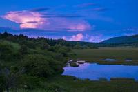 霧ヶ峰高原八島ヶ原湿原稲妻に光る積乱雲