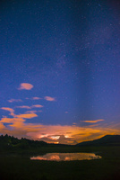 霧ヶ峰高原八島ヶ原湿原稲妻に輝く雲と星空