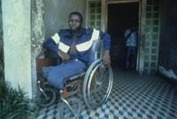 地雷で両足を無くした男性 25731024684| 写真素材・ストックフォト・画像・イラスト素材|アマナイメージズ