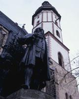バッハ像とトーマス教会